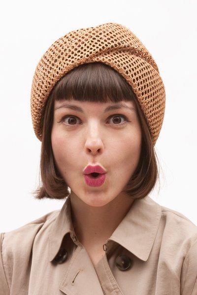 Не обязательно прятать волосы под тюрбан (хотя это отличный модный способ скрыть неудачную прическу...